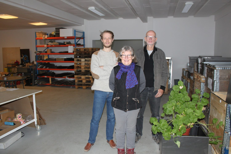 familj bakom Lands odlingslådor och växtlådor