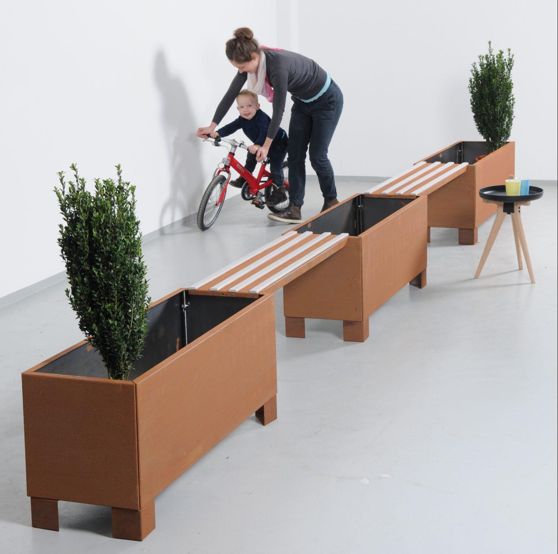 Avlånga planterings med bänkar. Använd dem till exempel som rumsavdelare på gården eller längs en vägg