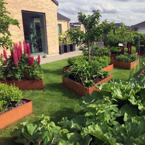 Fantastisk trädgård med trekantiga odlingslådor från Land Garden