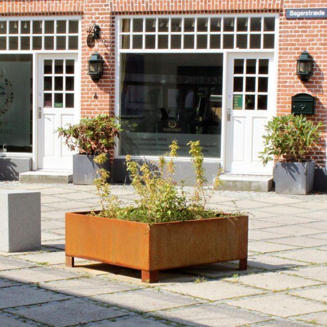 120x120cm kvadratisk planteringskärl i Corten på kvadrat i Fredensborg