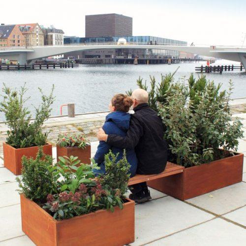 Bänk med planteringskärl för samlag och grönt andningsrum