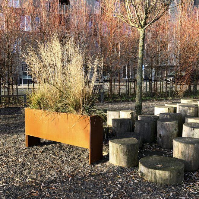 Land Modern Slim planteringskärl i corten i sol