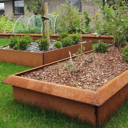Snigelfri trädgård med snigelstaket på odlingslådor i obehandlat järn från Land Garden